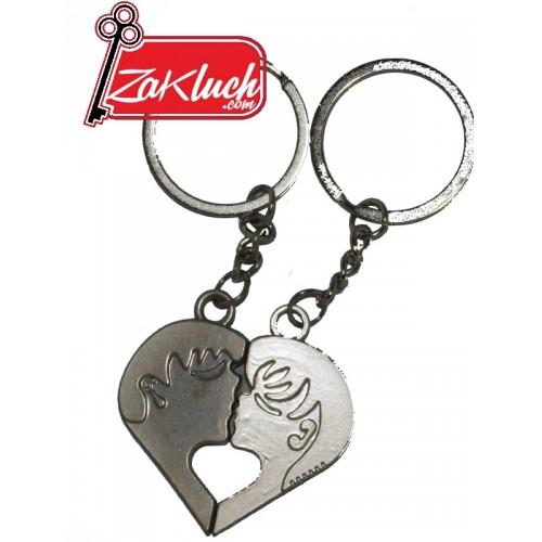 Мъж и жена, които се целуват - двоен ключодържател