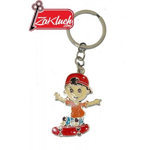 Детски ключодържател - момче, каращо скейтборд