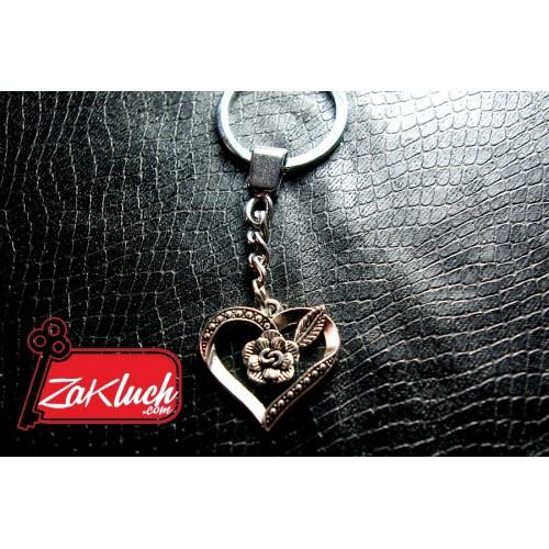Сърчице, в средата на което има розичка - метален ключодържател